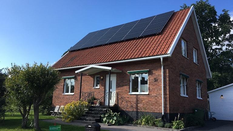Solceller fästa på ett privat bostadshus i Umeå.