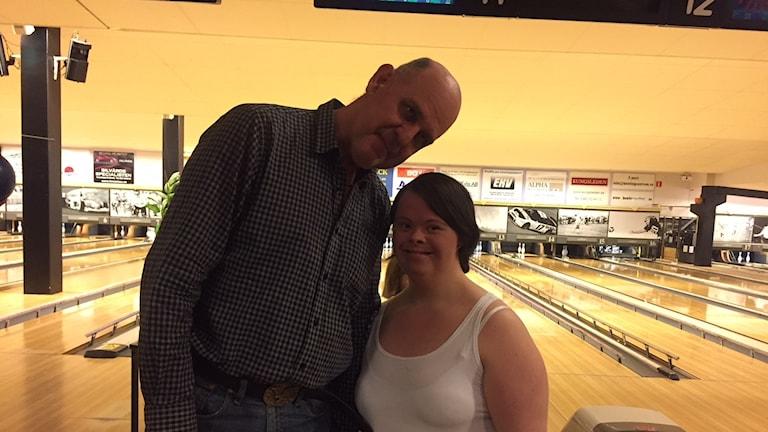 Olle och Hanna från radioverkstan spelar Bowling