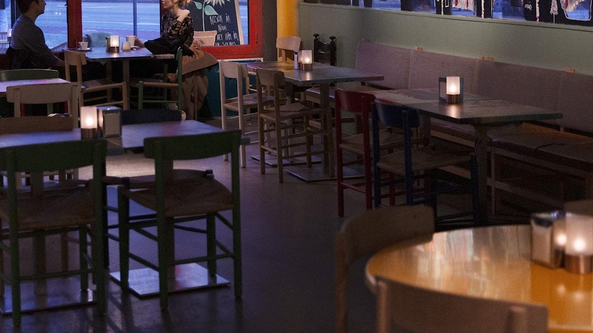 Tomma bord på en restaurang under coronaåret 2020.