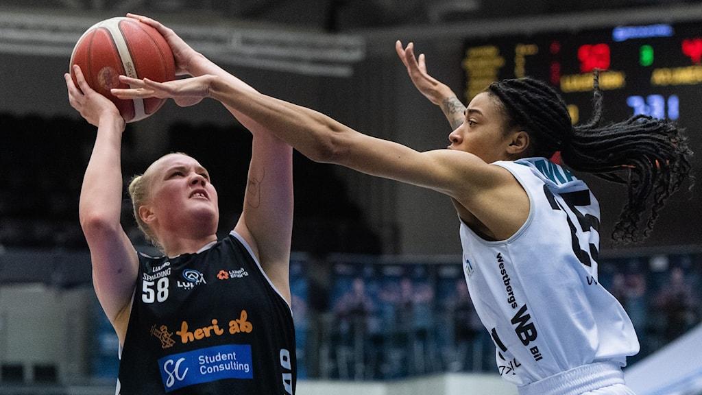 Luleås Allis Nyström kastar en boll. En Umeåspelare försöker blockera.