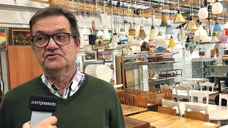 Göte Burström, butikschef på PMU i Umeå. Foto: Filippa Armstrong, Sveriges Radio.