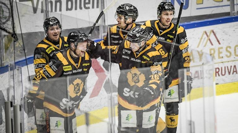 Skellefteås Linus Lindström och Oscar Möller med flera jublar under torsdagens ishockeymatch i SHL mellan Skellefteå och Frölunda.