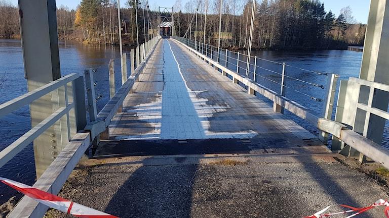 Hängbron i Tegsnäset förstörd av långtradare