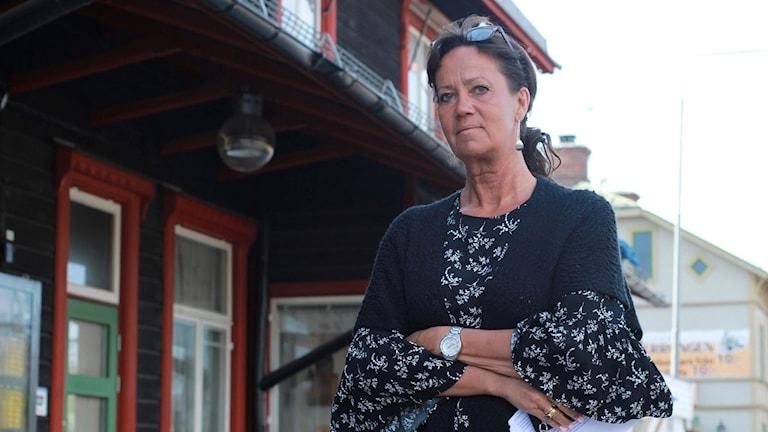 Maria Öhgren som är skolchef på Liljaskolan framför järnvägsstationen i Vännäs
