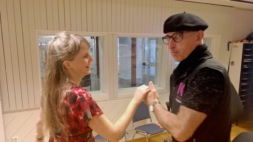 Ellinor Carlander och Anders Wikström dansar i studion 2
