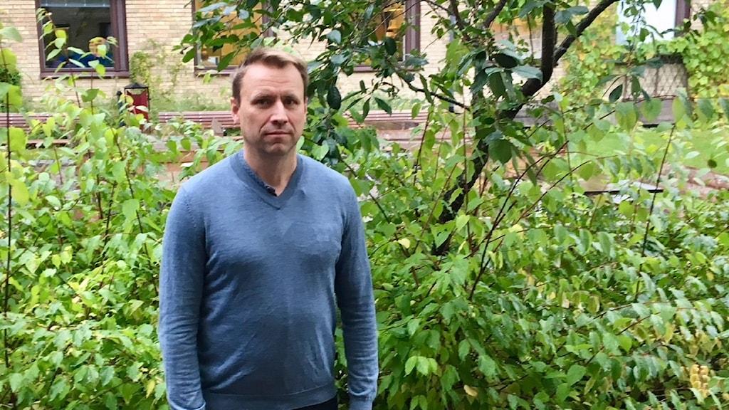 Johan Olofsson framför Umeå universitet