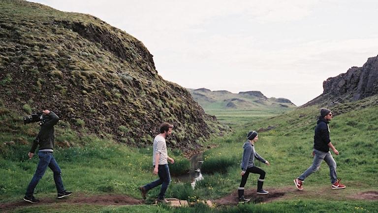 """Ur franska filmen """"Imorgon"""" av Cyril Dion och Mèlanie Laurent. Fyra människor går på en stig i bergen."""