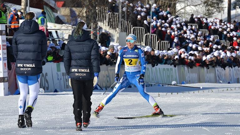 Jonna Sundling går i mål damstafetten SM-veckan 2018