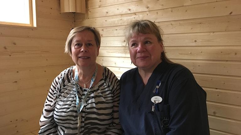 Pirjo Fraenkel och Leena Sundkvist arbetar på Ersboda vård- och omsorgsboende i Umeå. Foto: Filippa Armstrong/SR Västerbotten