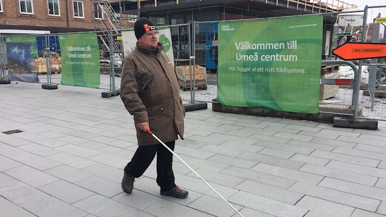 Asker Dahlstedt på Rådhustorget i Umeå. Foto: Linnea Hedelilja