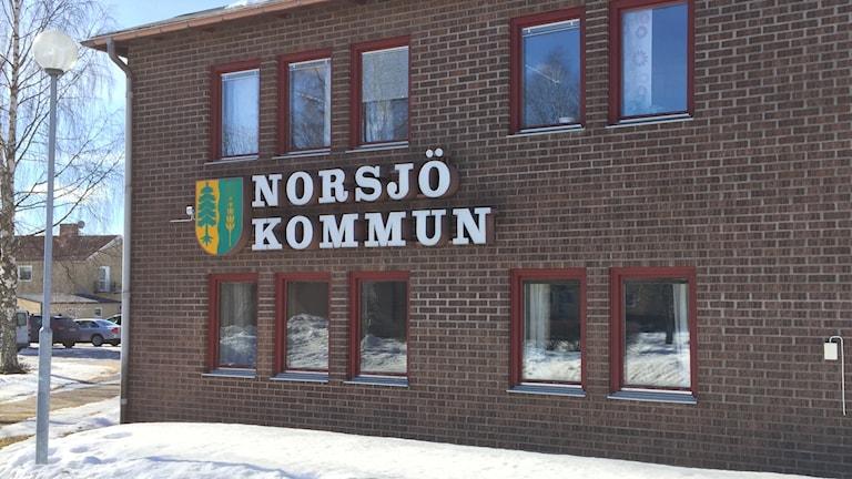 Snön ligger vit framför kommunhuset i Norsjö.