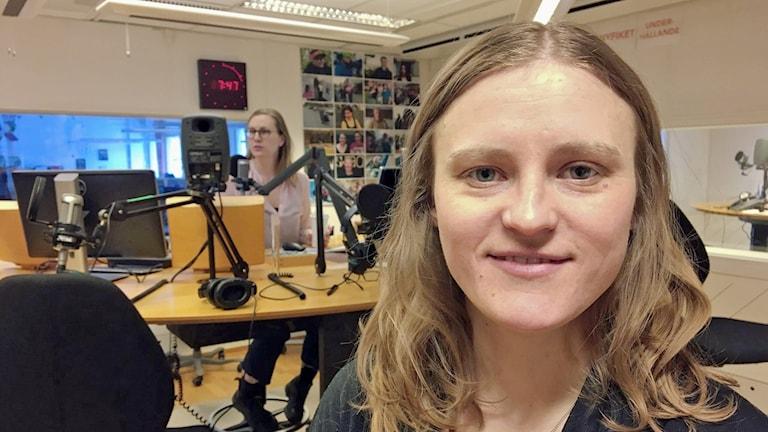 Amanda Portström i radiostudion och Alexandra Reichler syns i bakgrunden