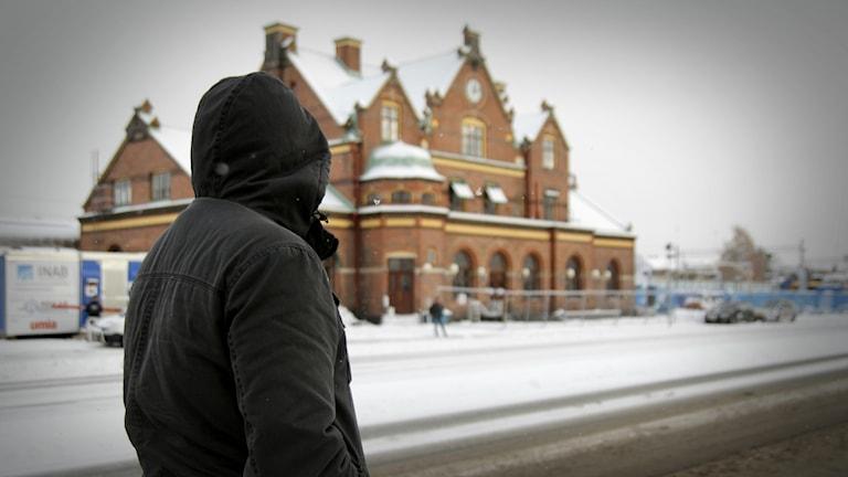 Anonym man utanför Umeå station.