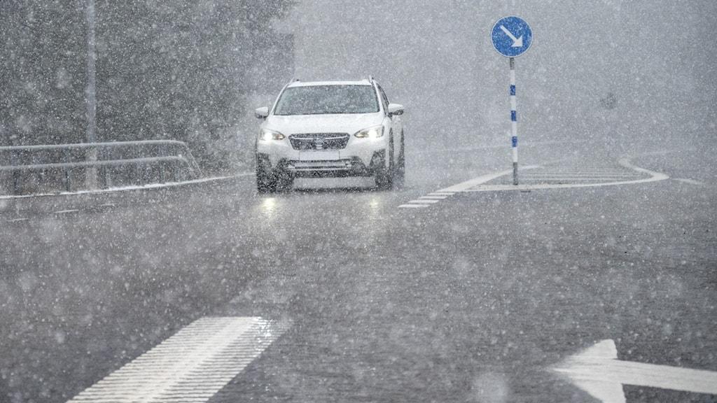Aprilväder med snöbyar, hårda vindbyar, sol och regn
