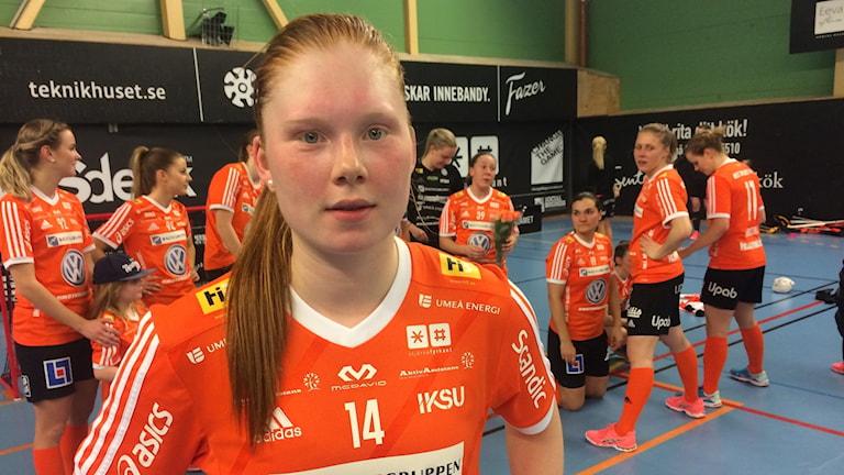 Johanna Hultgren, Iksus innebandyspelare, med laget i bakgrunden.