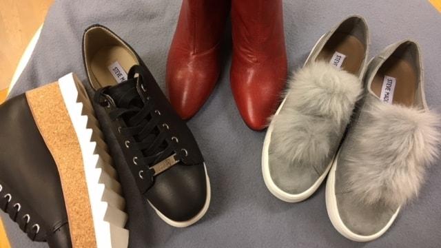 Skomodet i höst med sneakers med hög sula, röda boots och en sko i grå mocka med rolig detlaj av fjädrar.