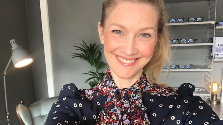 Pia Johansson med en knytblus