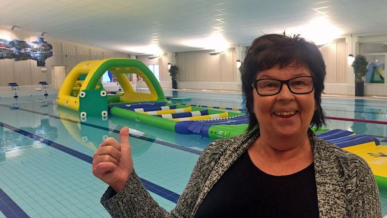 Ingegärd Åslund ger tummen upp för nya simhallen