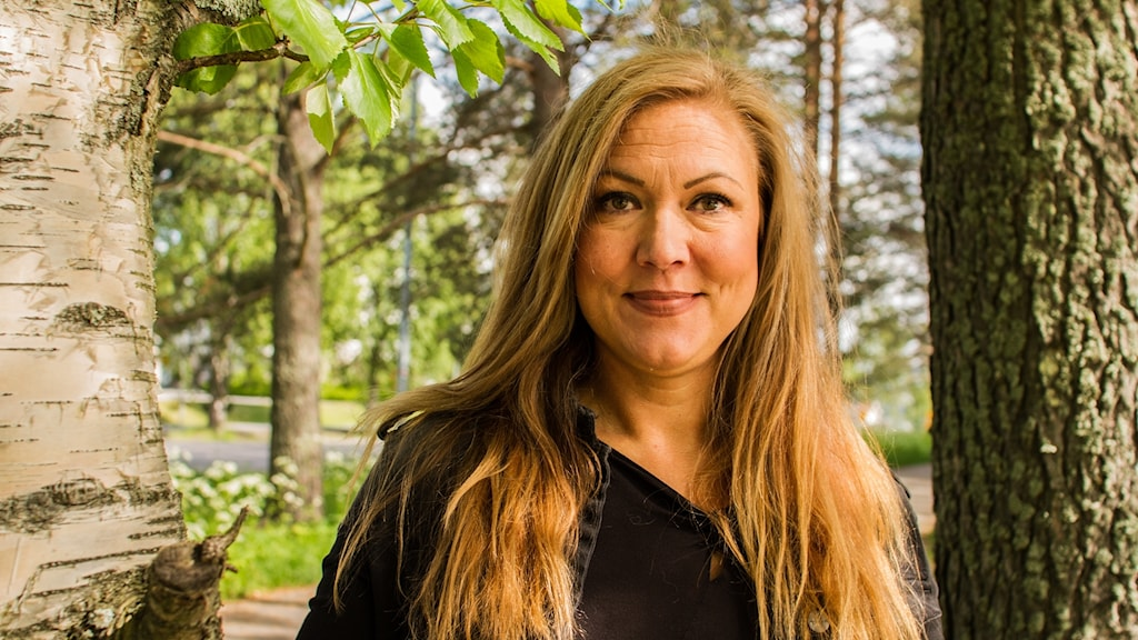 Susanne Haugen mellan en tall och en björk