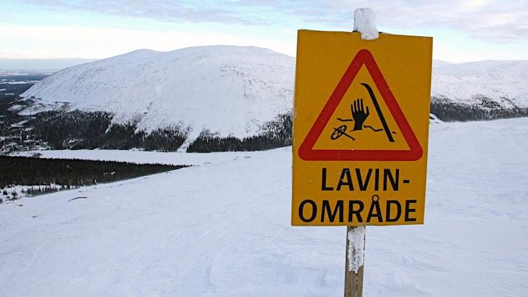 En varningsskylt för lavinområde