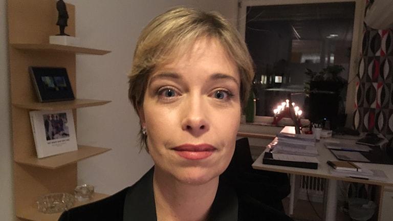 Annika Strandhäll (S) socialminister i ett kontor
