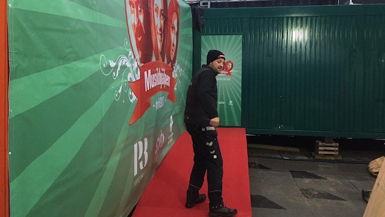 Karl-Johan Paulsson visar dörren där programledarna kliver in och får inte komma ut förrän efter en vecka