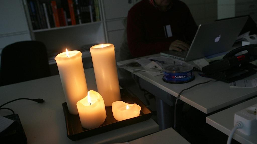Blockljus brinner på ett skrivbord där det är strömavbrott.
