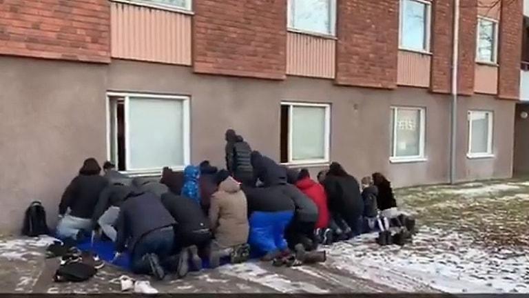 Islamiska föreningen i Västerbotten ber fredagsbön utomhus för det är fullt inne i moskén.