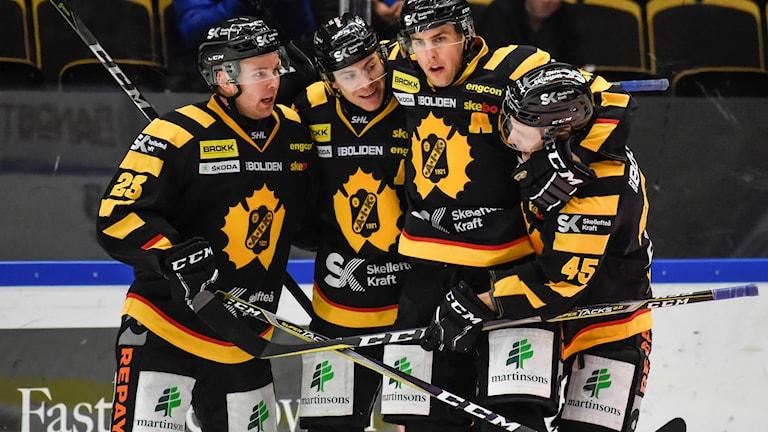 Skellefteås Pär Lindholm uppvaktas av sina lagkamrater efter 3-2 målet under lördagens match i SHL.