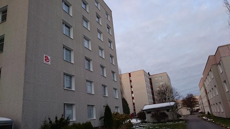 Hyreshus med Bostadens logga på väggen