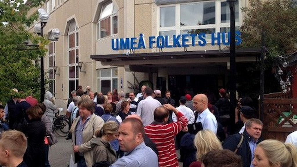 Utrymning av Umeå folkets hus i samband med test av brandlarm. Mötet om bärkonflikten fick avbrytas. Foto. Mikael Lindberg/SR.