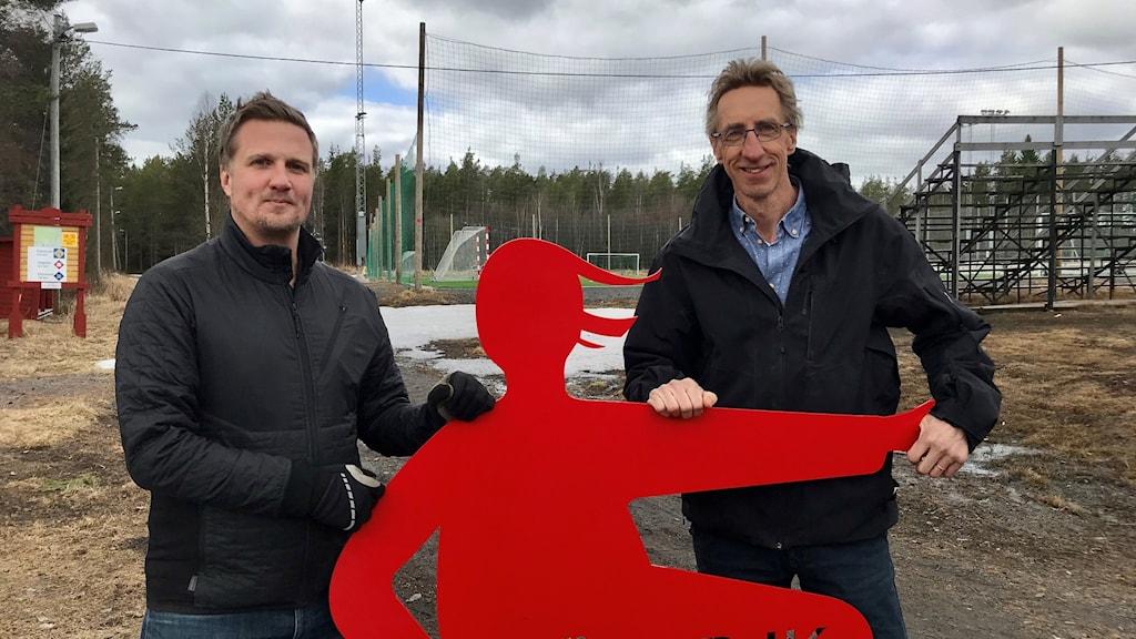 Richard Lundmark och Staffan Norin, Sävar IK, med klubbens röda figur i plåt.