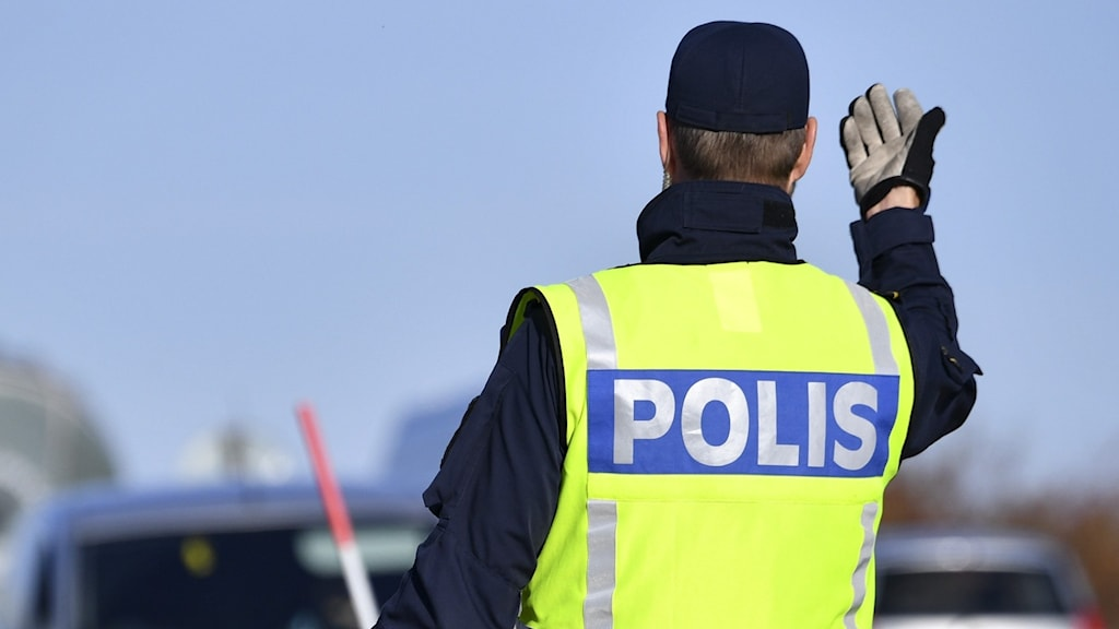 En polis dirigerar trafiken. Foto: Johan Nilsson/TT