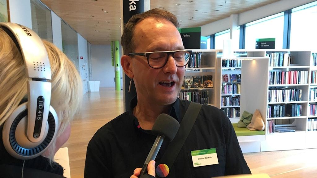 Bibliotekarie Christer Edeholt ger Filippa tips på böcker
