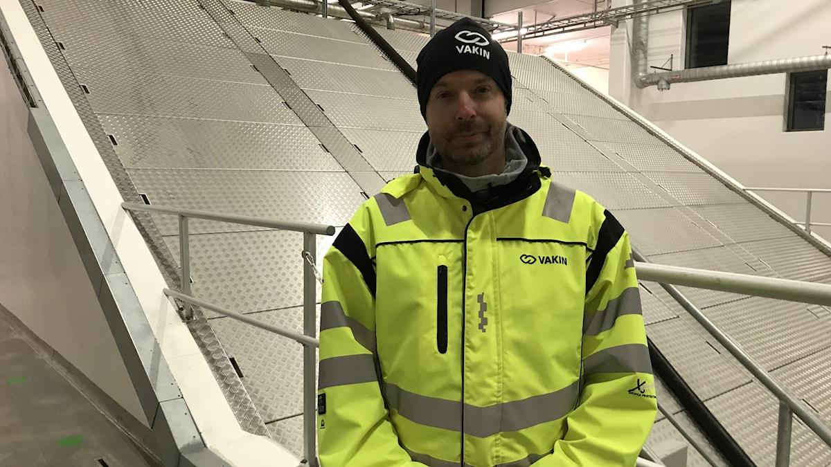 Sven Tunell, produktionschef på Vakin framför reningsverket i Umeå.