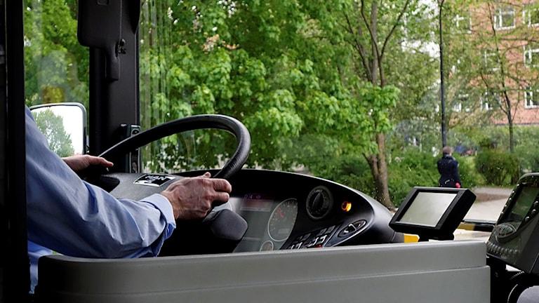 En en anonym bild av en busschaufför som kör en buss