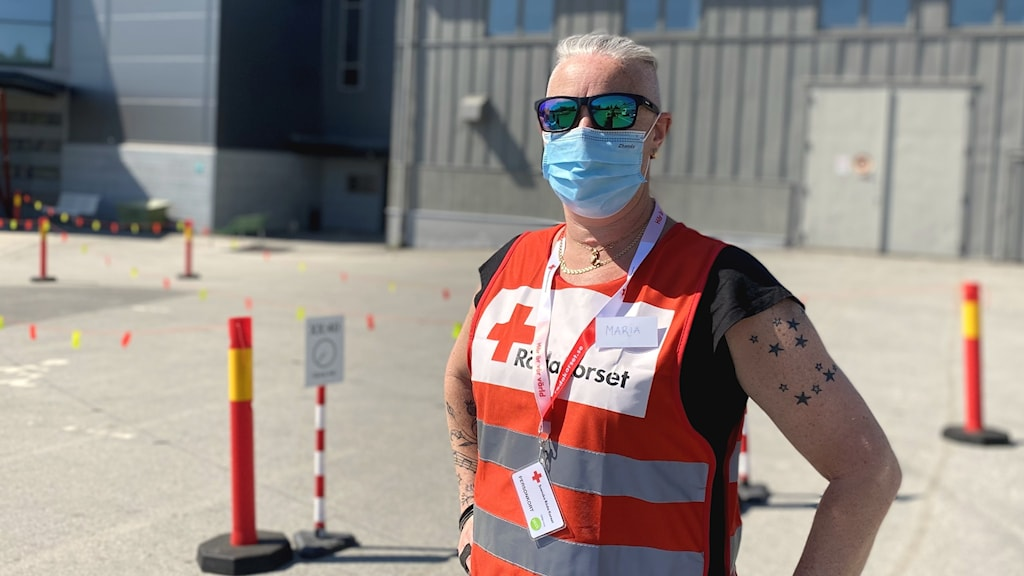 Maria Kasos, volontär för Röda korset,  utanför Skellefteå kraft arena.
