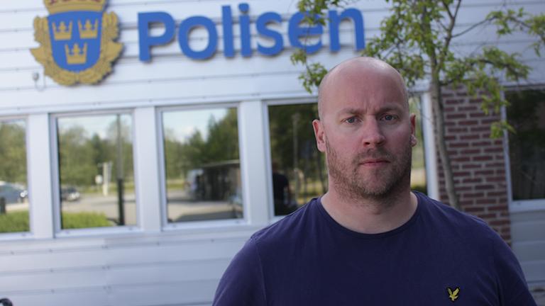 Polis Magnus Forsgren utanför polishuset i Umeå.