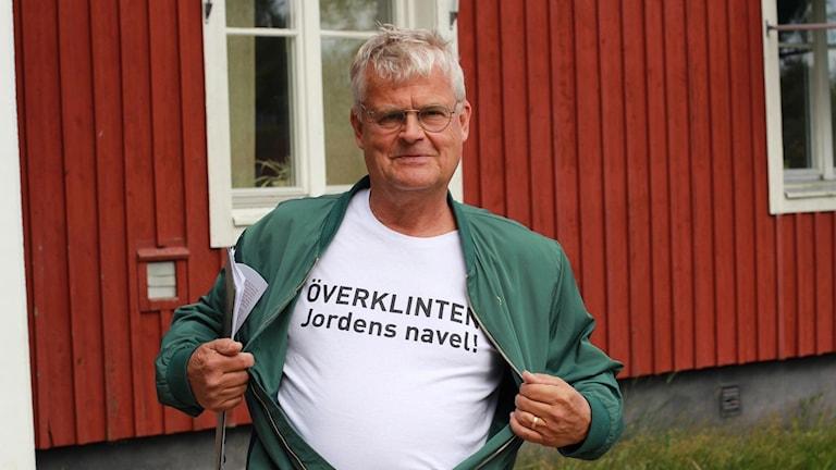 Inge Lindström från Överklinten visar sin t-shirt