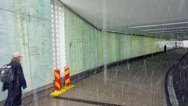 En bild på Sara Lidman-tunneln, en av glasrutorna saknas efter vandalisering