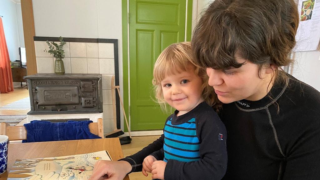 Emma Mattsson med tvååriga dotter Lovis Foto: Filippa Armstrong/SR