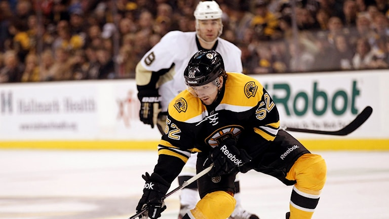 Zach Hamill i kamp om ishockeypucken.
