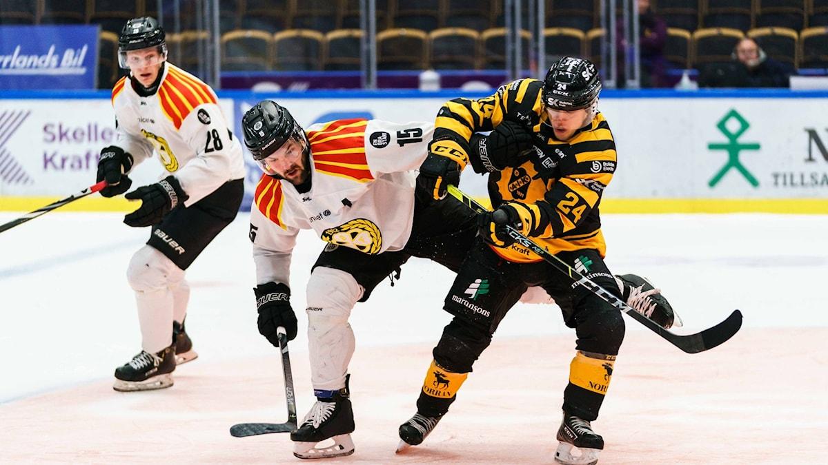 Brynäs Simon Bertilsson och Skellefteås Andreas Wingerli under ishockeymatchen