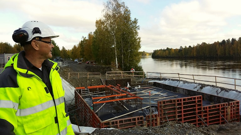 Projektledare Sune Norman vid Lundabron i Umeå. Foto: Linnea Hedelilja