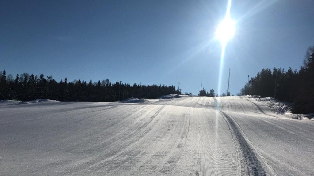 En snötäckt Skönviksbacken en solig dag.