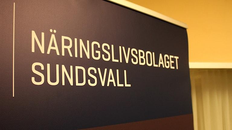 Mörkblå skylt med vit text som säger Näringslivsbolaget Sundsvall