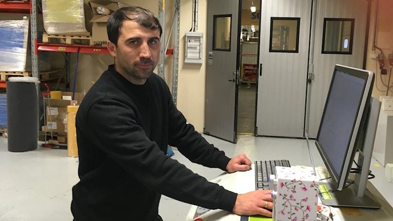 Sergiu Tanurcov vid sin stansningsmaskin.