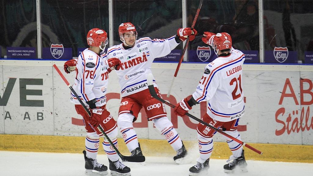 Timrås nr 39 Ty Rattie jublar med lagkamraterna efter sitt 0-3 mål under torsdagens ishockeymatch i SHL mellan Brynäs IF och Timrå IK i Monitor ERP Arena.