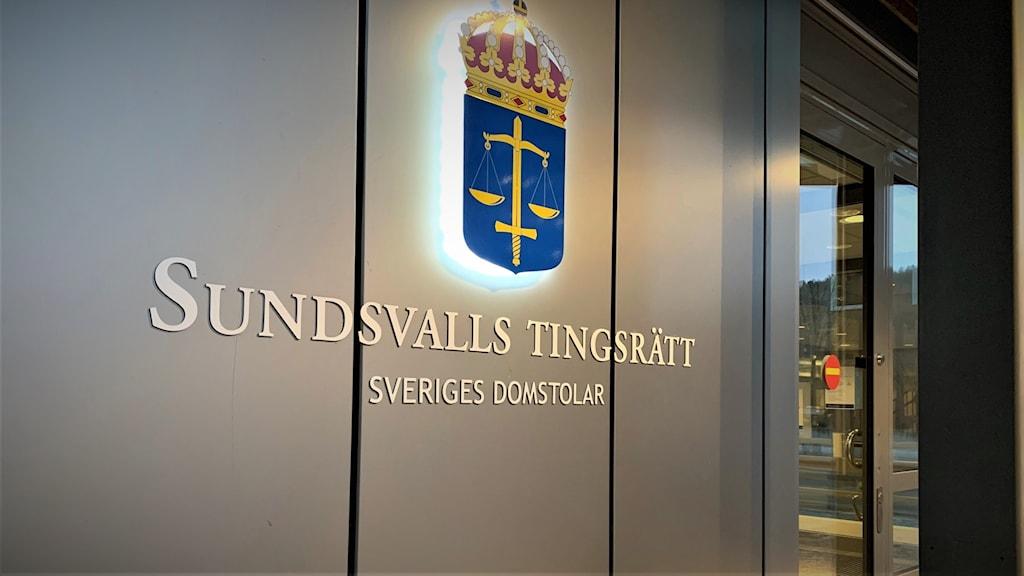 Bild på en skylt med Sveriges domstolars emblem och texten Sundsvalls tingsrätt