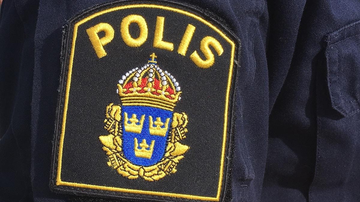 Närbild på Polismärket. Foto: Alexander Arvidsson/Sveriges Radio